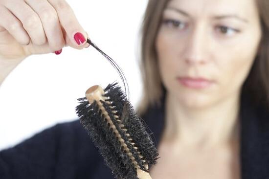 Thiếu kẽm khiến tóc dễ gãy rụng